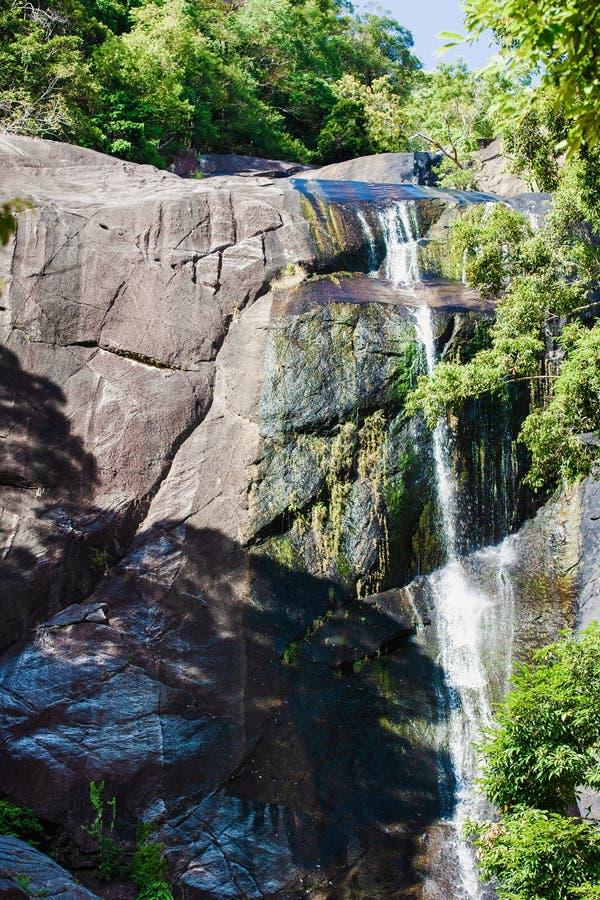 Siklawa w skalistych górach w Azja na tropikalnej wyspie zdjęcie stock