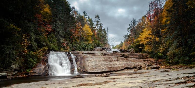 Siklawa w spadku koloru lesie w Appalachian górach Pólnocna Karolina obraz royalty free