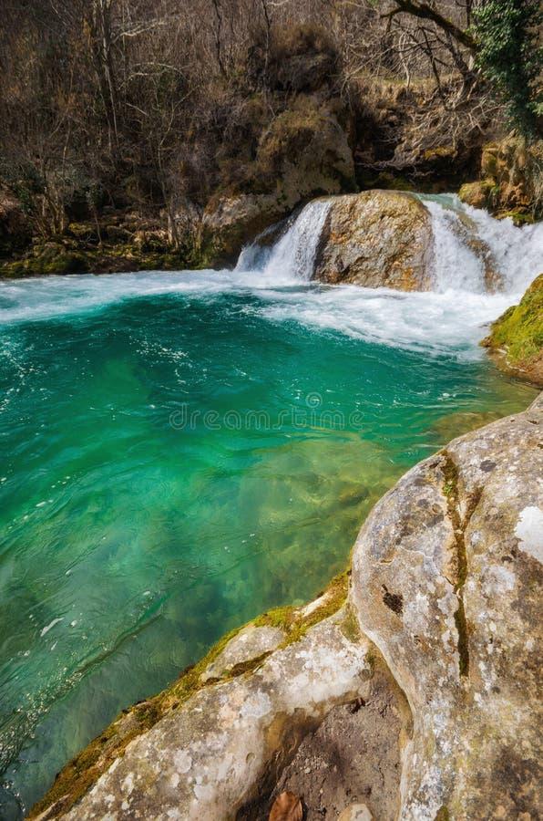 Siklawa w Urederra naturalnym parku, Navarre, Hiszpania obraz royalty free