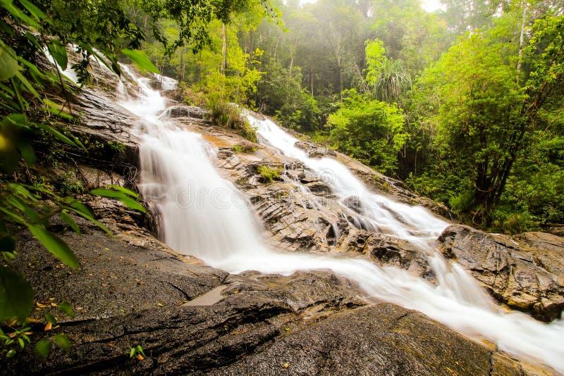 Siklawa z górami w kraju Sri Lanka fotografia stock
