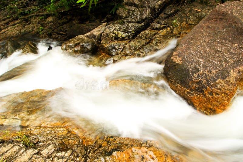 Siklawa z górami w kraju Sri Lanka obrazy royalty free