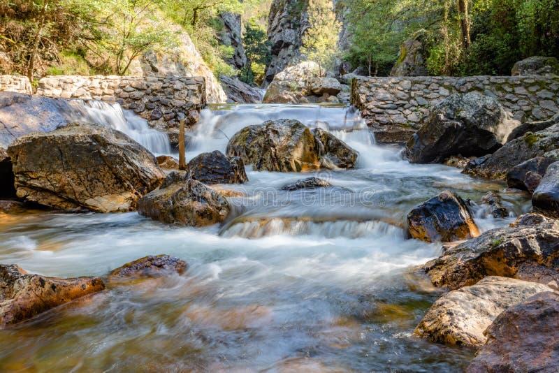 Siklawa z kamieniami w dzikiej naturze w Fragas De Sao Simao, Figueiro dos Vinhos, Leiria, Portugalia obraz royalty free