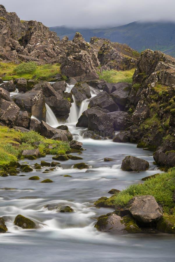 Siklawy Długi ujawnienie z trawą i skałami obrazy royalty free