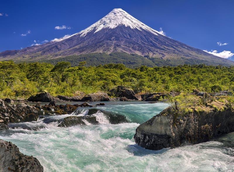 Siklawy przed wulkanem Osorno Chile obrazy stock