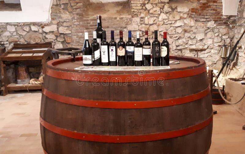 SIKLOS, UNGHERIA, IL 25 LUGLIO 2017: Vecchio grande barilotto con vino in bottiglia in una città europea immagine stock