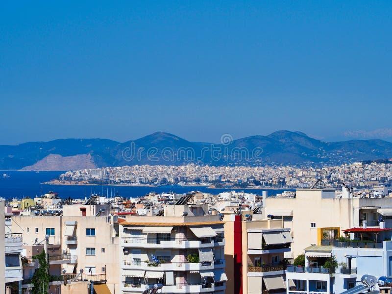 Sikt över Atenförorter till Piraeus port och den Saronic golfen eller golf av Aegina fotografering för bildbyråer