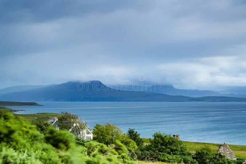Sikt över avlägsna berg i nordliga Skottland royaltyfri foto