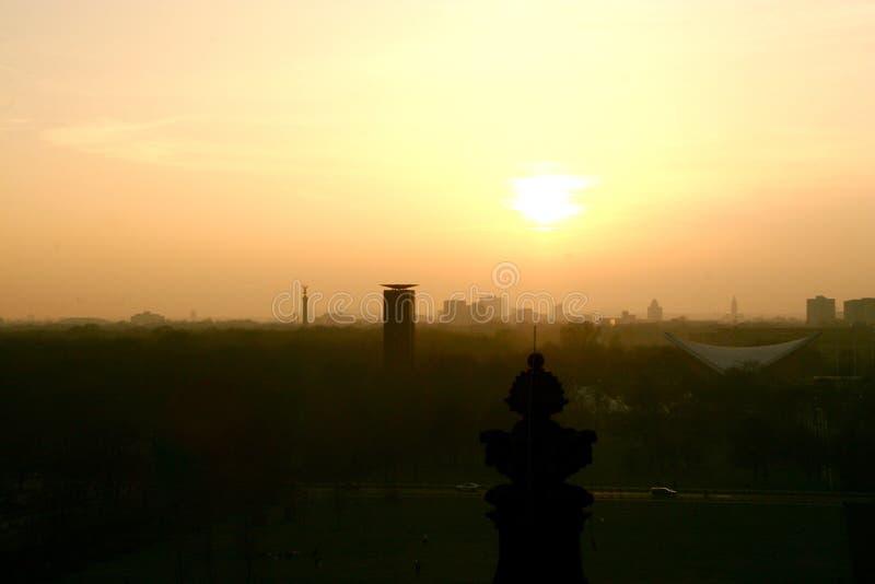 Sikt över Berlin på solnedgången från den Reichstag byggnaden i Berlin, Tyskland arkivfoto