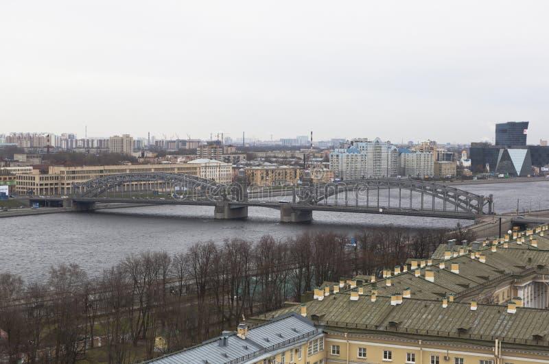 Sikt över bron från den klockstapelBolsheokhtinsky Smolny domkyrkan i St Petersburg royaltyfri bild