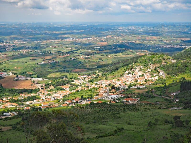 Sikt över bygden från Serra de Montejunto Mountain i Portugal royaltyfria foton