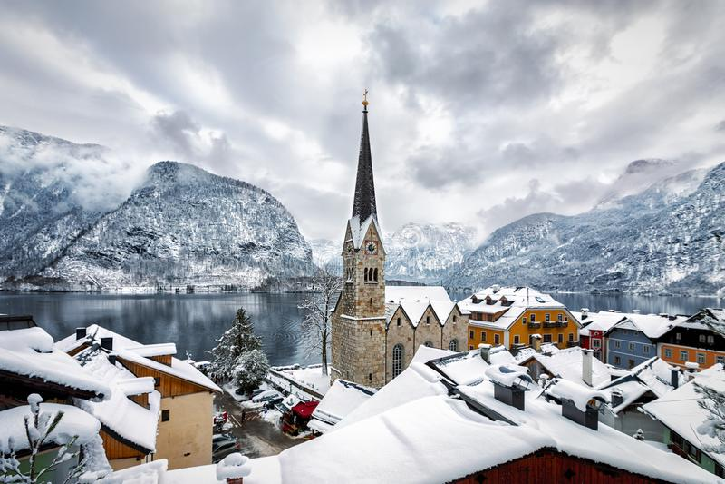 Sikt över byn av Hallstatt i de österrikiska fjällängarna arkivfoton