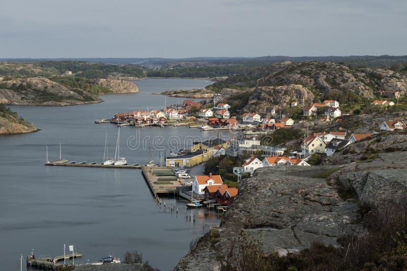 Sikt över byn Fjallbacka, Bohuslan, Sverige royaltyfri bild