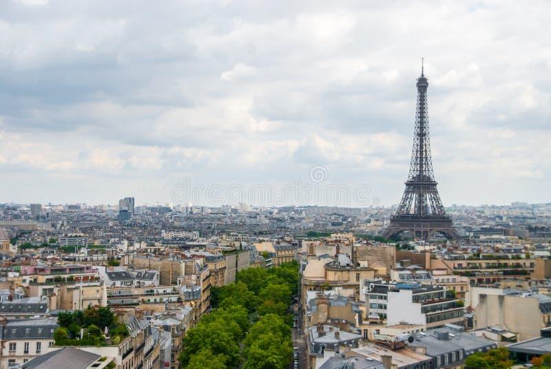 Sikt över centrum för molnig himmel för Paris Eiffeltorn arkivfoto