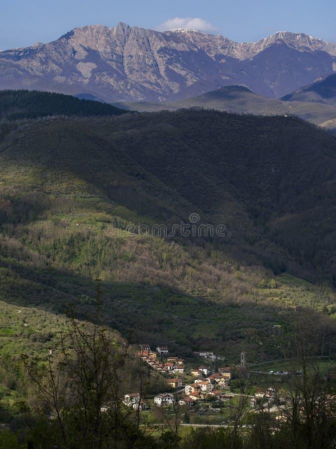 Sikt över Codiponte, nära Casola i Lunigiana, Italien Kura ihop sig på foten av de Apuan fjällängarna fotografering för bildbyråer