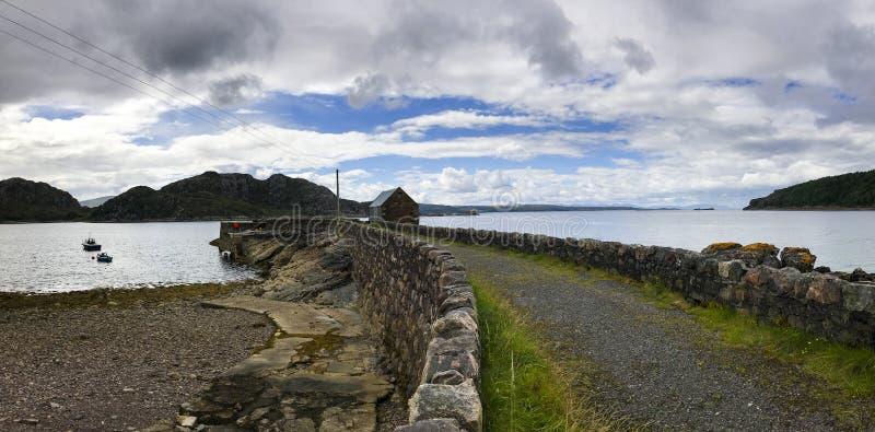 Sikt över den avlägsna kusten i nordliga Skottland fotografering för bildbyråer