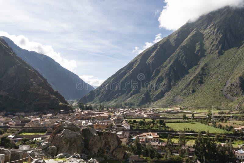 Sikt över den Ollantaytambo byn, Peru arkivfoton