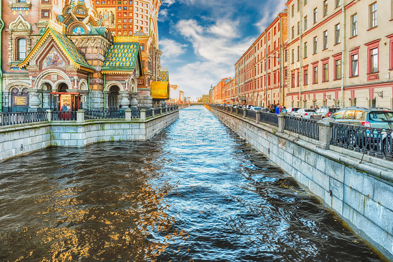 Sikt över den sceniska Griboyedov kanalen, St Petersburg, Ryssland royaltyfri bild