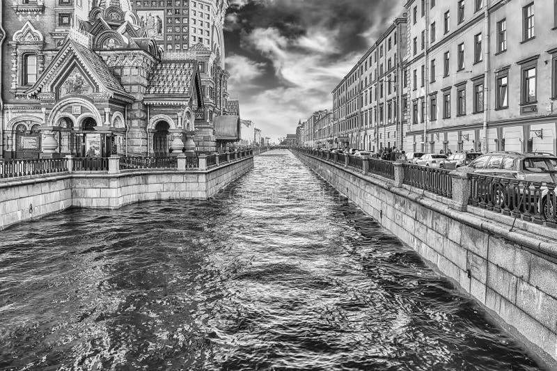 Sikt över den sceniska Griboyedov kanalen, St Petersburg, Ryssland royaltyfria foton