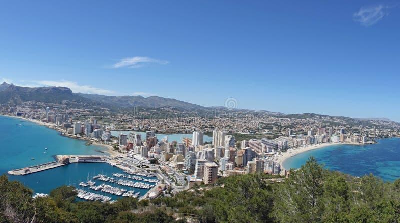 Sikt över den spanska staden Calp/Calpe, Valencia, Spanien fotografering för bildbyråer