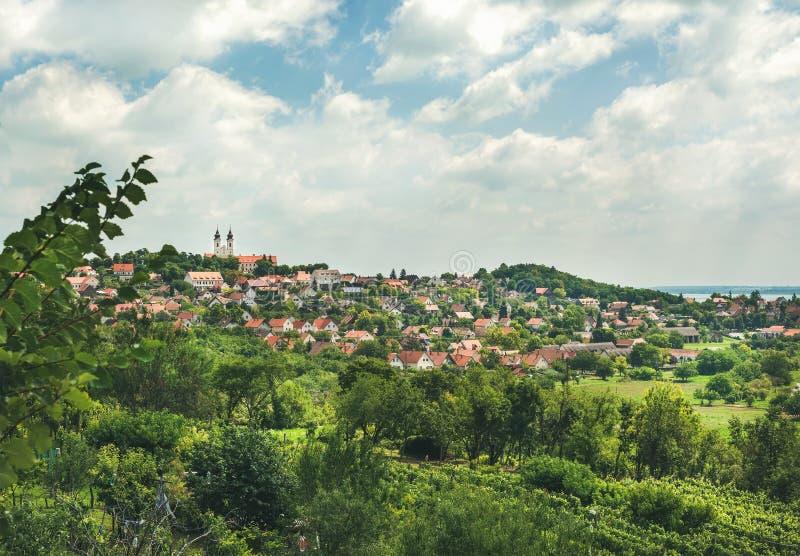 Sikt över den Tihany abbotskloster och staden på sjön Balaton, Ungern royaltyfria bilder