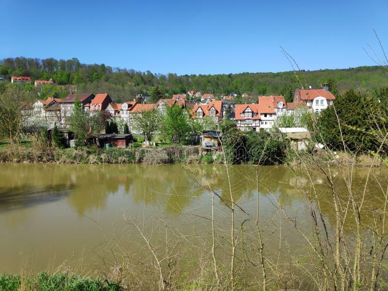 Sikt över den Werra floden i Hann Muenden till det Blume området arkivbild