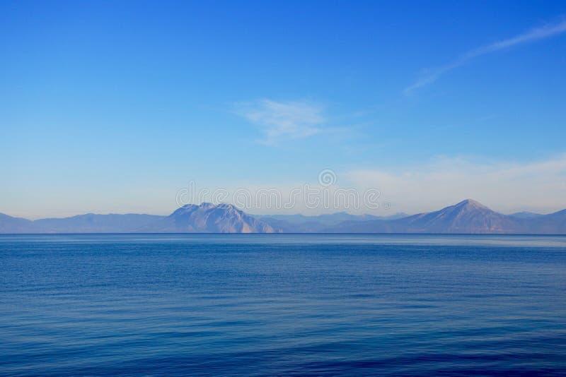 Sikt över det Ionian havet i Patras, Grekland royaltyfria bilder