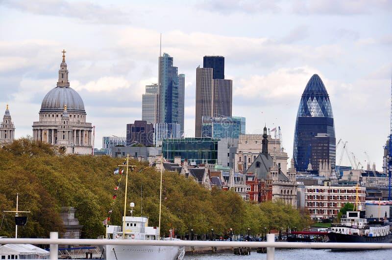 Sikt över domkyrkan för St Paul ` s och staden, London, UK arkivfoto