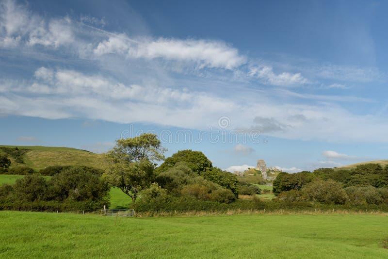 Sikt över fält till den Corfe slotten royaltyfri foto
