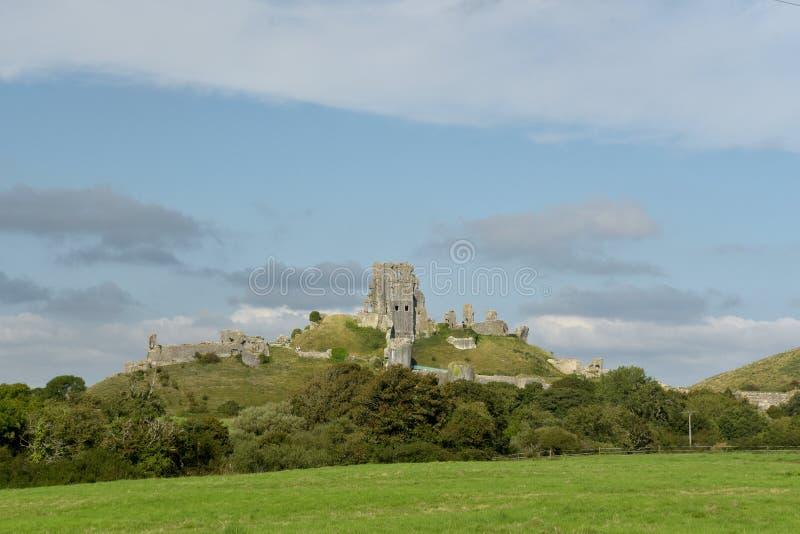 Sikt över fält till den Corfe slotten arkivfoto