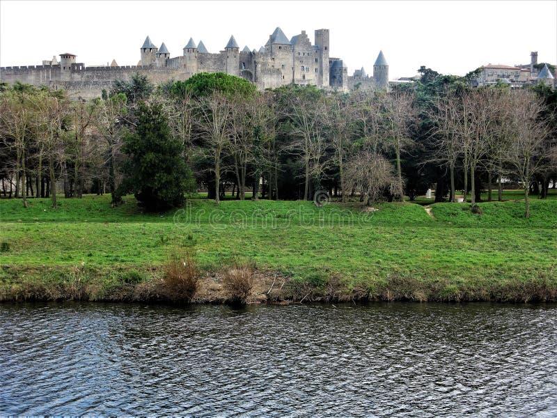 Sikt över floden Aude till Carcassonne, Frankrike fotografering för bildbyråer