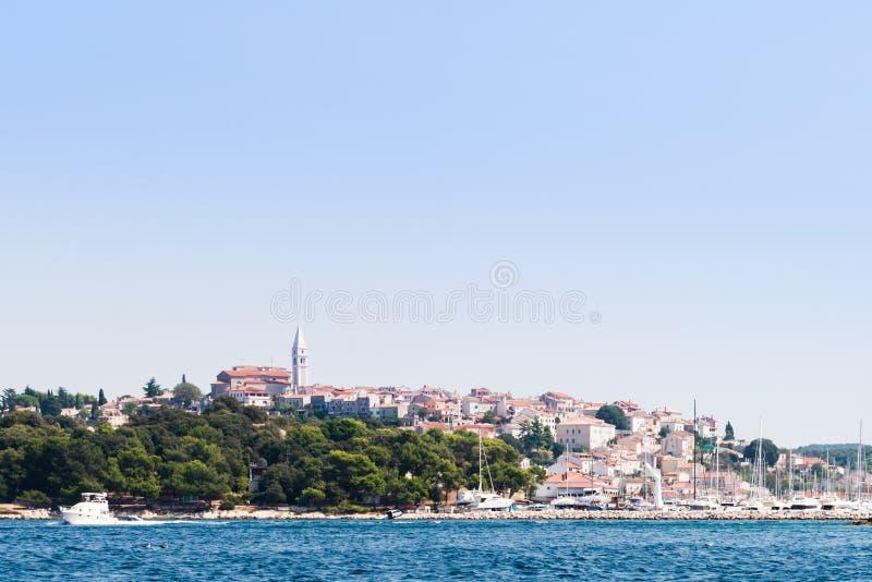 Sikt över hamn och gammal stad av Vrsar, Kroatien, från havet arkivbilder