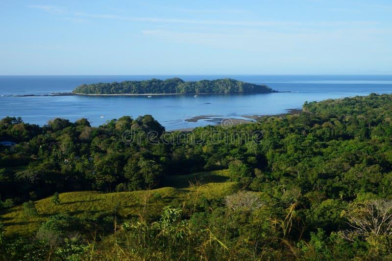 Sikt över Isla Gobernadora, Panama från Santa Catalina Villarge royaltyfri foto