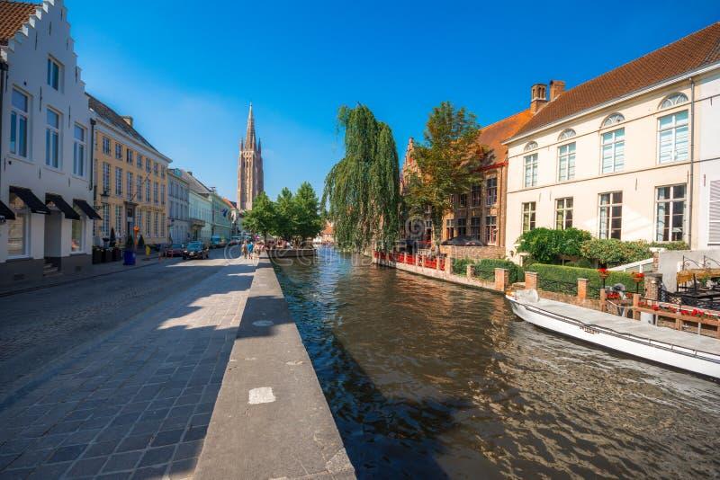 Sikt över kanalen på den medeltida staden av Brugge i dagljus royaltyfria bilder