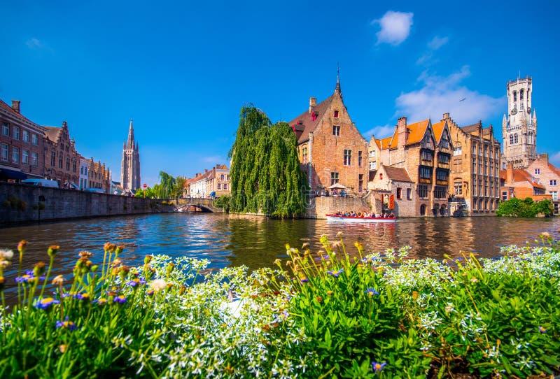 Sikt över kanalen på den medeltida staden av Brugge i dagljus arkivfoto