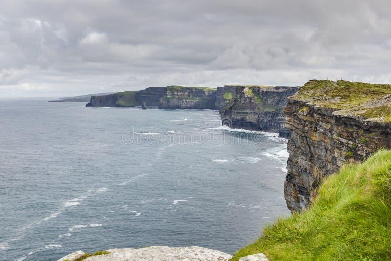 Sikt över klippalinjen av klipporna av Moher i Irland royaltyfri bild