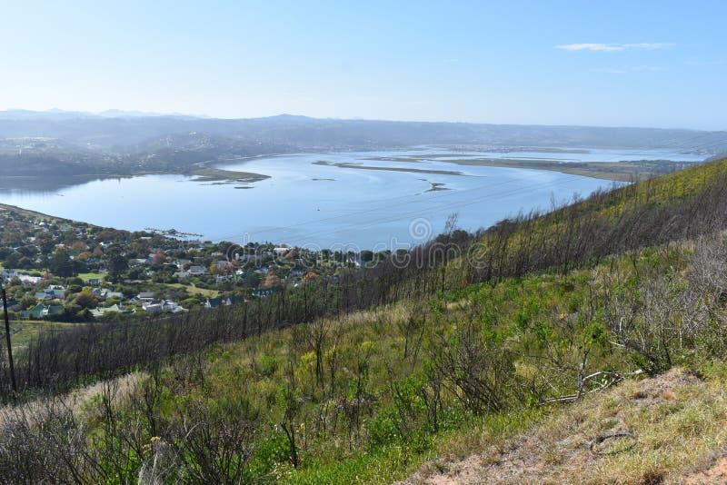 Sikt över Knysna med den berömda stora blåa lagun i Sydafrika royaltyfri bild