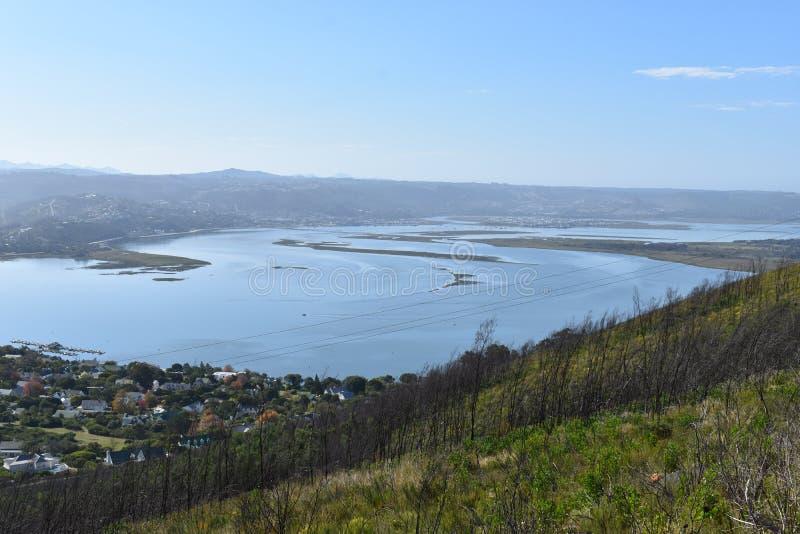 Sikt över Knysna med den berömda stora blåa lagun i Sydafrika fotografering för bildbyråer