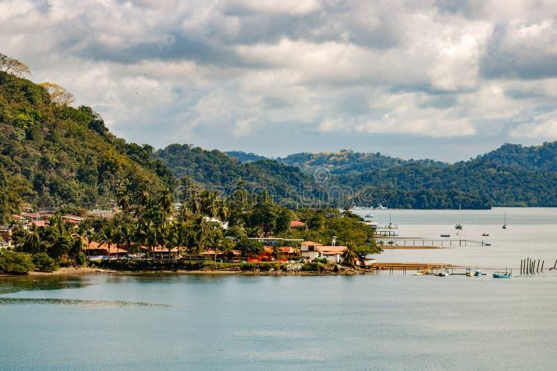 Sikt över kustlinjen av Golfito, Costa Rica royaltyfri bild