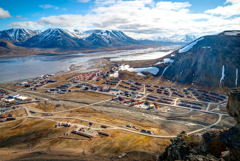 Sikt över Longyearbyen från över, Svalbard fotografering för bildbyråer