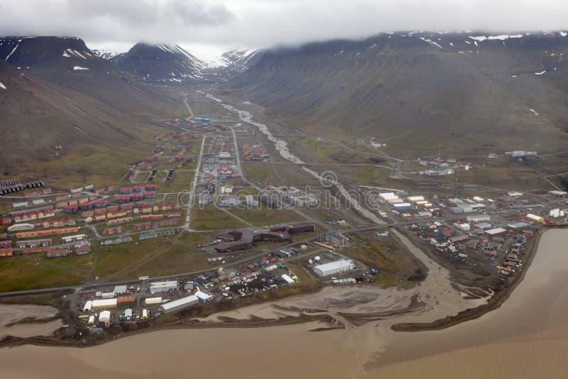 Sikt över Longyearbyen från över, Svalbard, Norge royaltyfria bilder