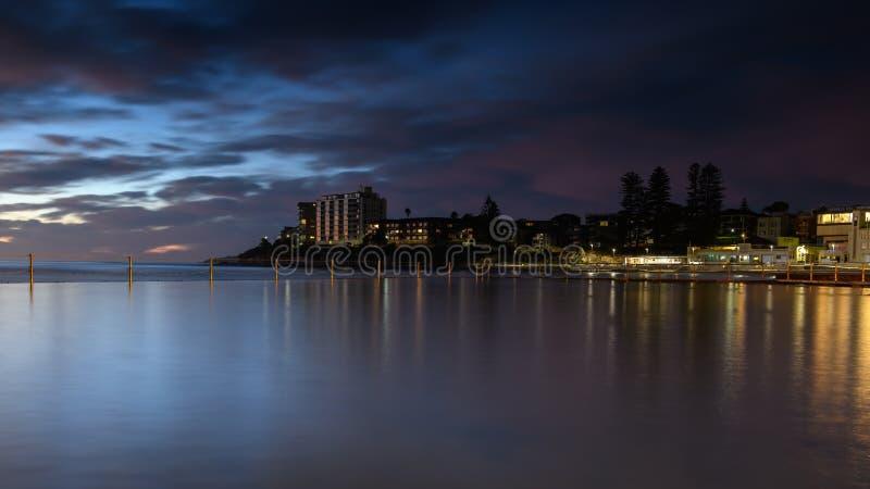 Sikt över pölen till den södra Cronulla stranden, Sydney arkivfoton