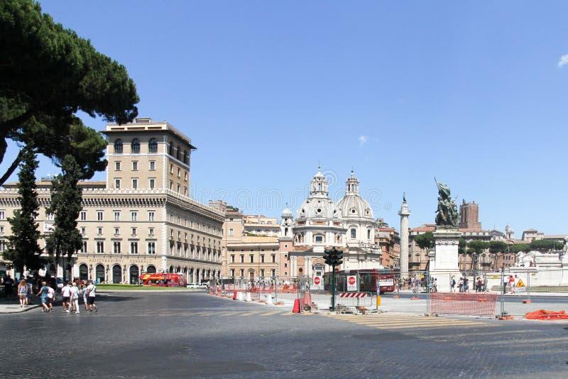 Sikt över piazza Venetzia till kyrkan av Santa Maria di Loreto i Rome, Italien royaltyfria foton