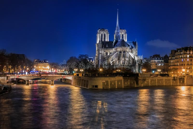 Sikt över Seine på illuminatred tillbaka sida av Notre Dame de Par royaltyfria bilder
