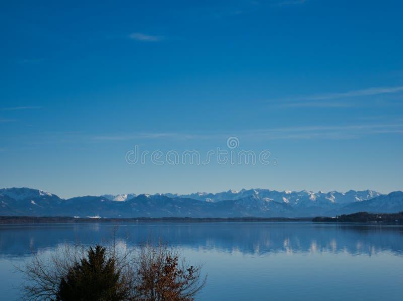Sikt över sjön Starnberg till fjällängarna royaltyfri fotografi