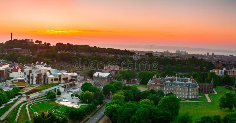 Sikt över slotten av Holyroodhouse, skotska parlamentet och C arkivfoto