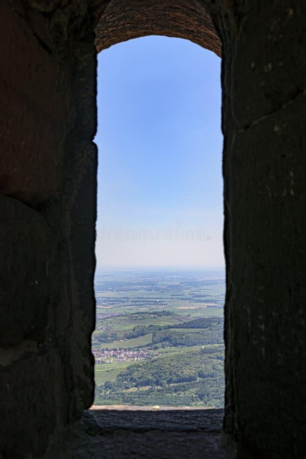Sikt över solig landssida från litet stenfönster royaltyfri bild