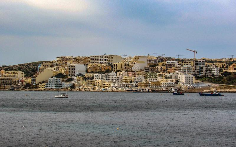 Sikt över St Pauls Bay, Bugibba, på den medelhavs- ön av Malta, Europa royaltyfri fotografi