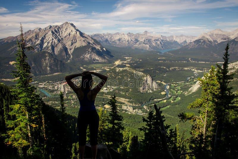 Sikt över staden av Banff runt om den Banff gondolen och de kanadensiska steniga bergen som ses från Sulphurberget i Rocky Mounta royaltyfri foto