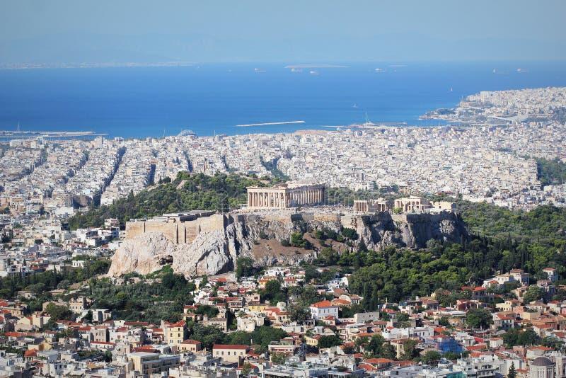 Sikt över staden och akropolen från den Lycabettus kullen i Aten, Grekland athens panorama Härlig cityscape med seashor arkivbild