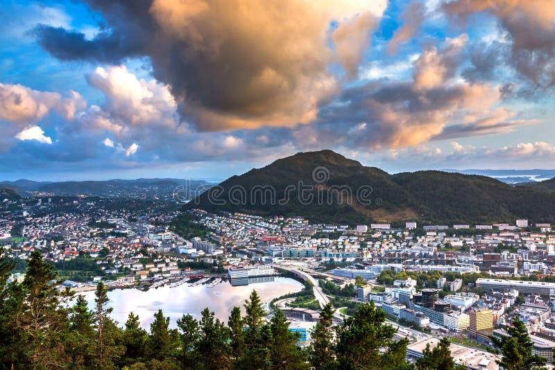 Sikt över stadsmitten av Bergen från den Floyfjellet synvinkeln upptill av monteringen Floyen på solnedgången royaltyfria foton